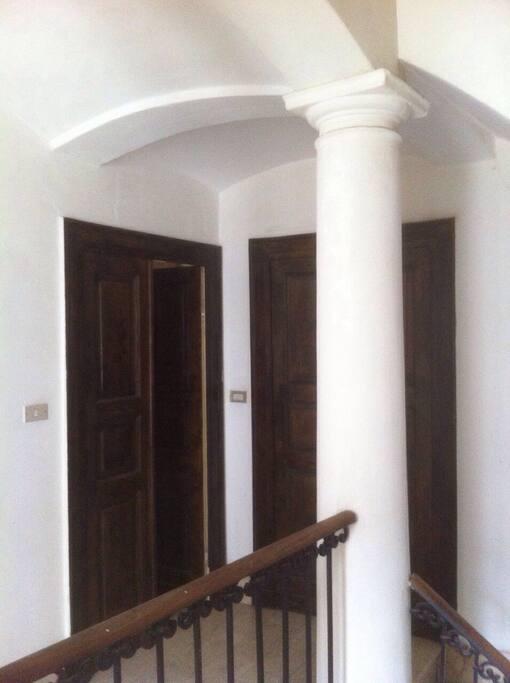 Dalle scale si accede ai vari appartamenti