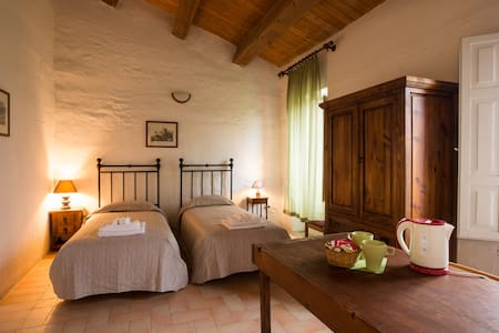 """Currant room - """"The Lentil"""" veg Farmhouse - Forlì - Bed & Breakfast"""