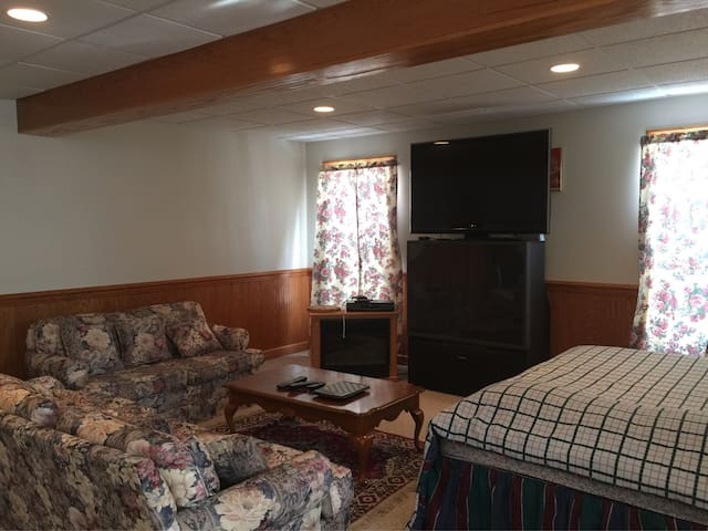 Cozy room north of Pittsburgh