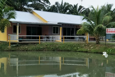 WAN FAMILY KAMPONG STAY (Terrace House - 3 units)