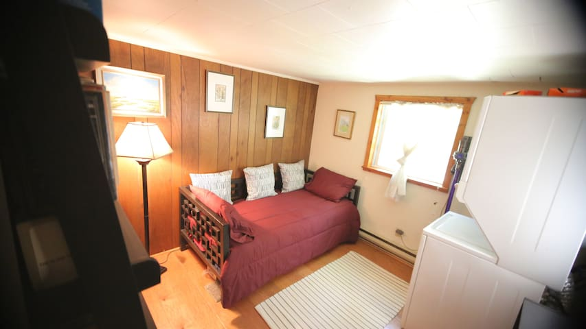 The single bedroom features a comfortable single bed that could also be used as a reading space (from the in room library!) This room also houses the washer/dryer. There is detergent available for your use.