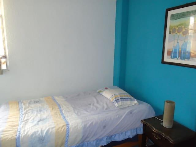 Habitación ideal para descansar y estudiar.