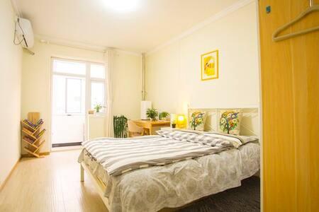 紧邻北京地铁一号线的阳光大床房(your Sunshine Room in beijing) - Beijing