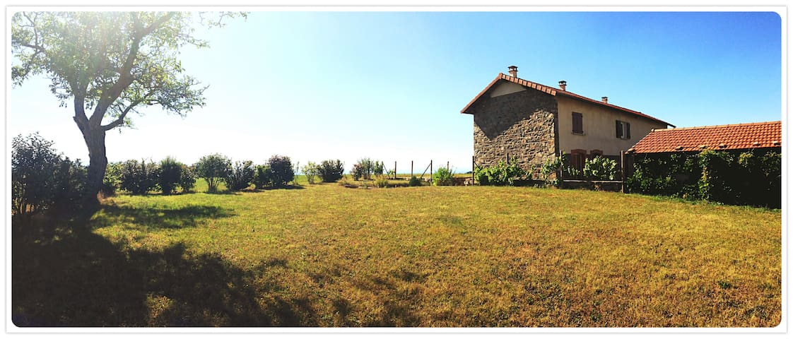 Maison en pierre en pleine campagne - Virigneux