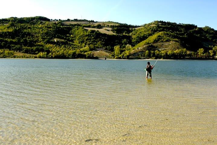 Il Lago di Polverina, uno tra i più pescosi d'Italia.