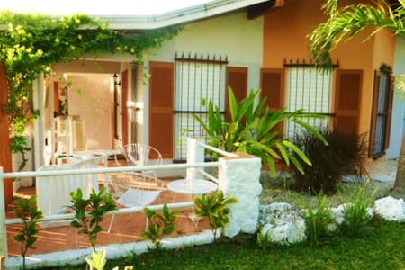 Santiago-St.James. Inexpensive yet priceless !! - Holetown - Bungalow
