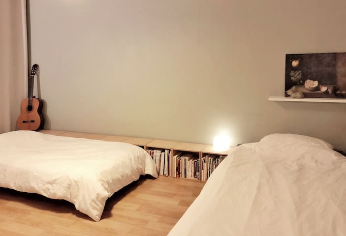 Simple bed room : 2min Hapjeong Stn!!!