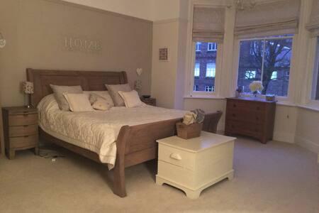 Large Bedroom, private bathroom & snug room!
