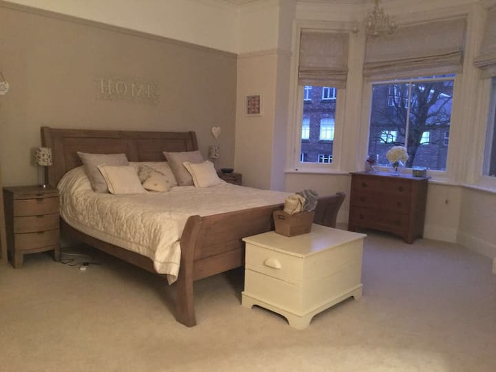 Large Bedroom, private bathroom & snug room!