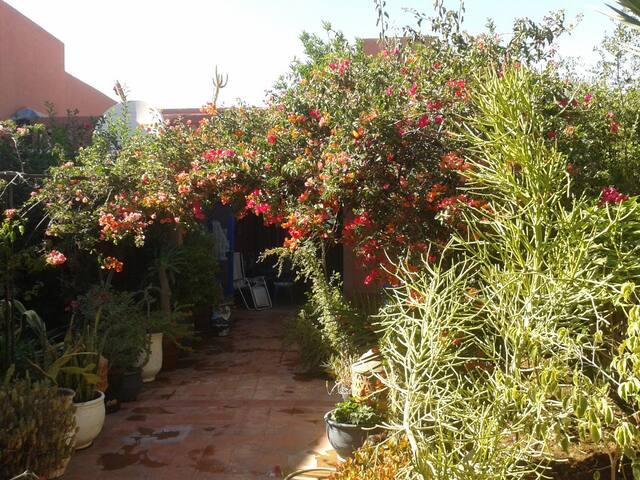 Dans un cadre fleuri, jolie Douiria - lagoussem - Huis