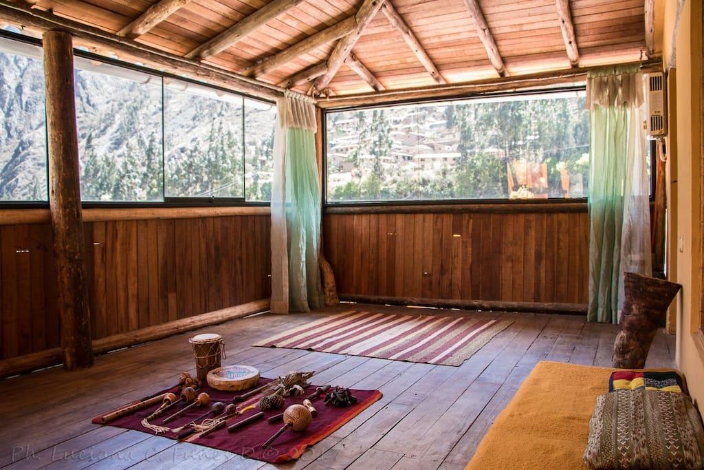un amplio salón donde podemos meditar practicar yoga o ejercitar el cuerpo.