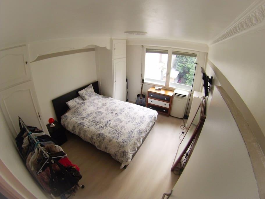 Grand lit avec TV
