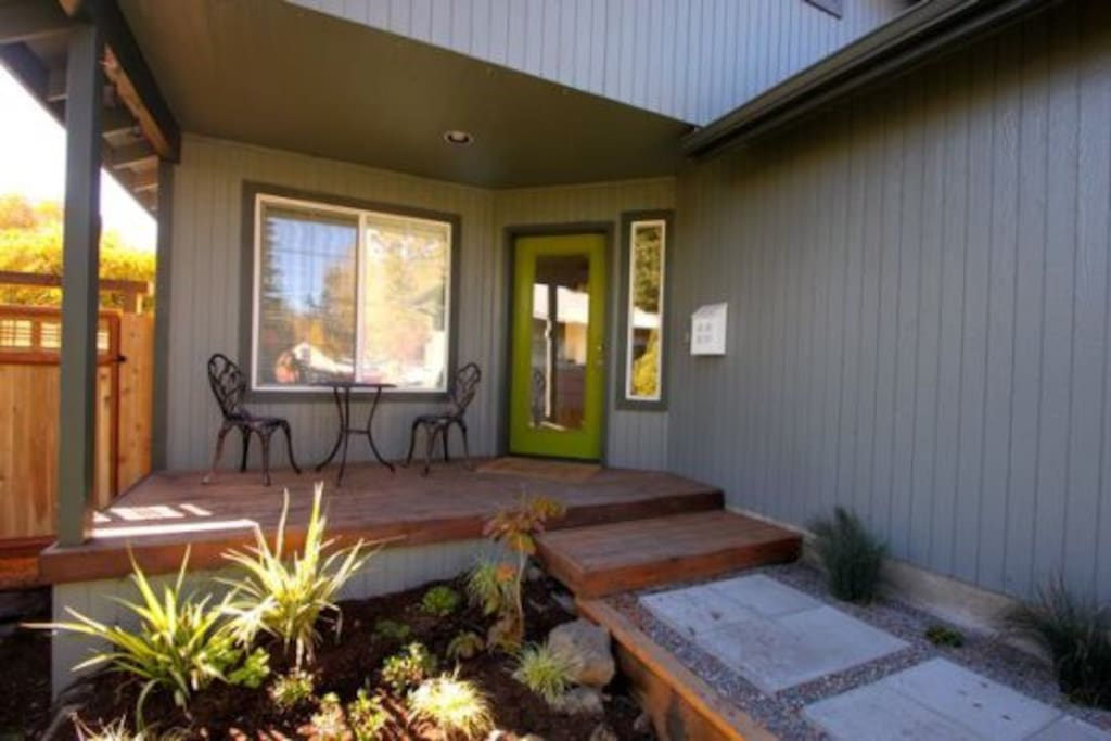 Downtown Pet Friendly Bend Oregon Vacation Rentals with a Fenced Yard and private Hot Tub, close to Old Mill District and Shopping Center