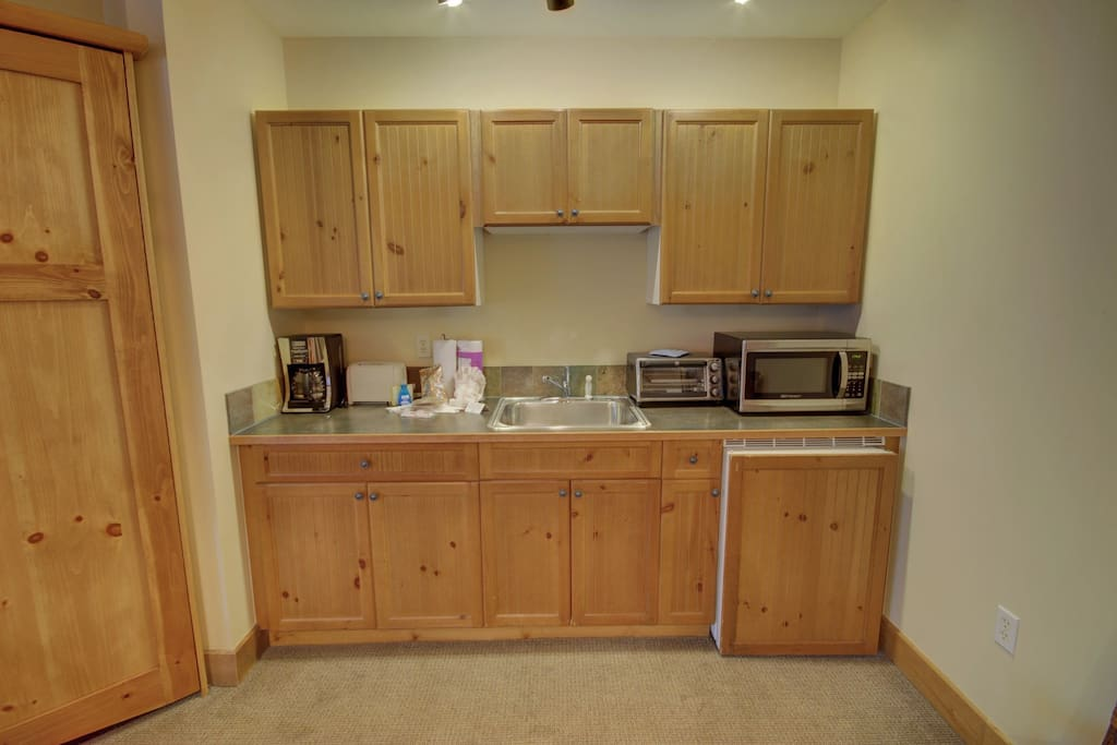 Kitchenette with microwave and fridge