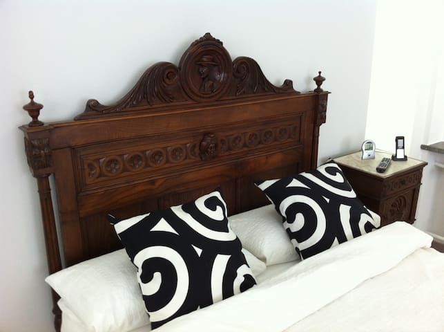 this bed is > 100 years - QUEEN SIZE 140cm