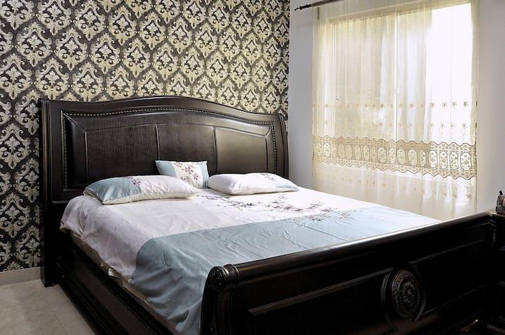 Superb master bedroom in quiet area - Cibodas - Dům