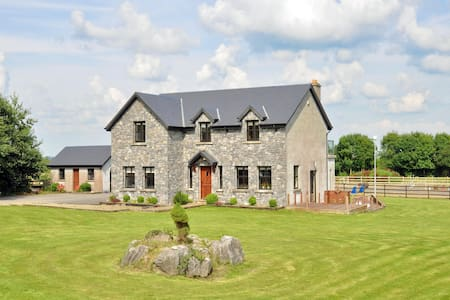 EQUESTRIAN HAVEN WITH LAKE VIEW - Moycullen - Rumah