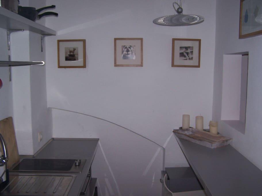 Kleine Küche mit Tresen und Geschirrspüle
