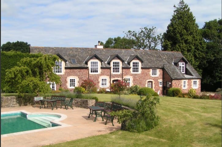 Periton Park Court: Garden Retreat (swimming pool)