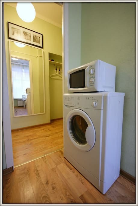 Стиральная машинка автомат, микроволновая печь.