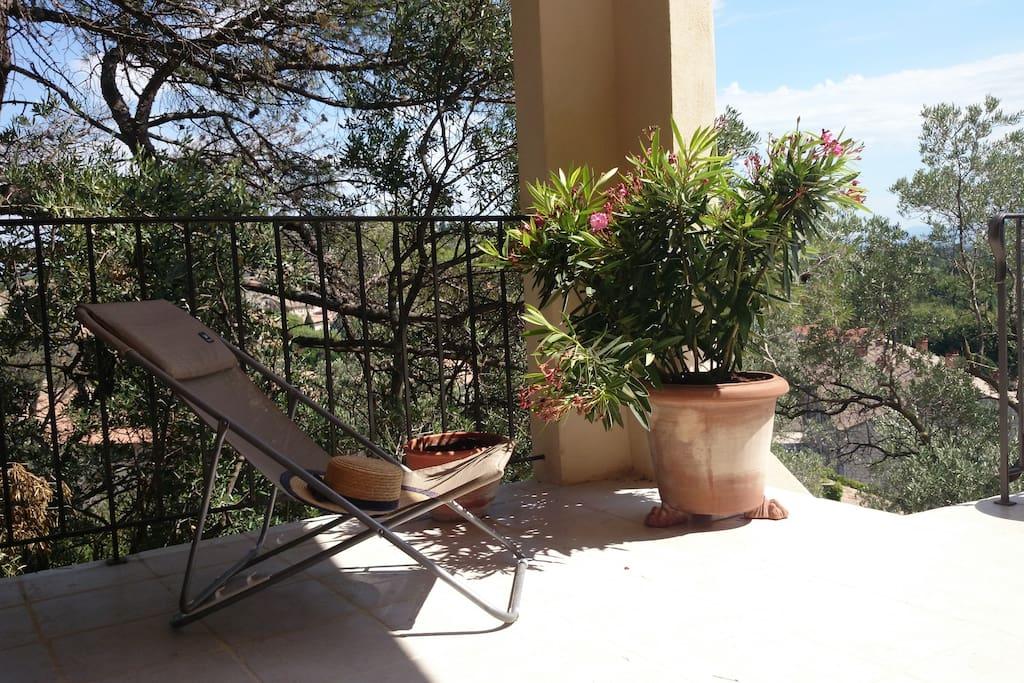 Détente et tranquillité . sur la terrasse