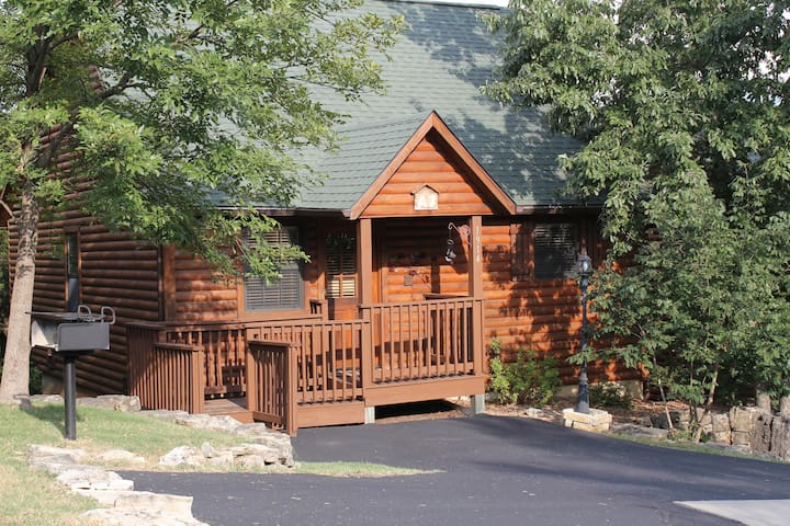Private 1 BR Luxury Cabin.Two great parking areas at Wild Rose Cabin included