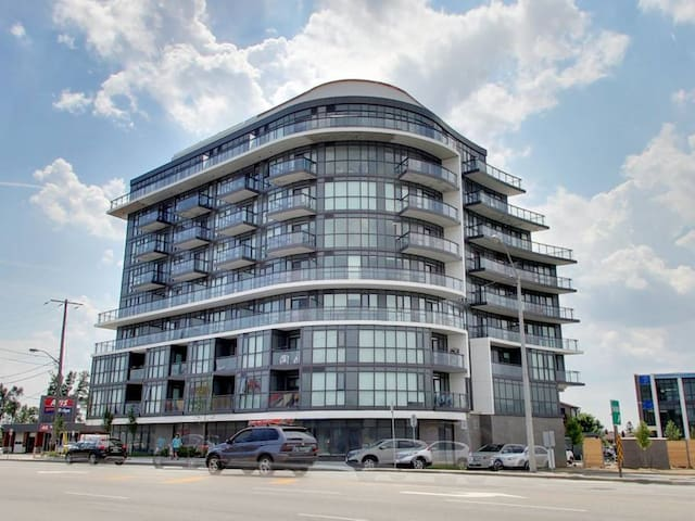 Spacious 1 Bedroom + Den Suite Near Yorkdale Mall