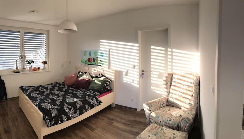 Pekná izba s vírivou vaňou a terasou v novom dome!