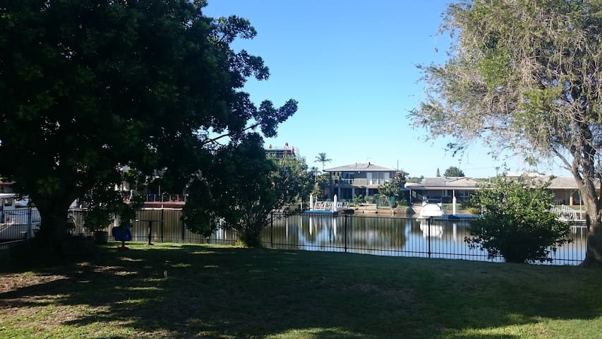 Waterfront dual living family home. - Biggera Waters - Guest suite