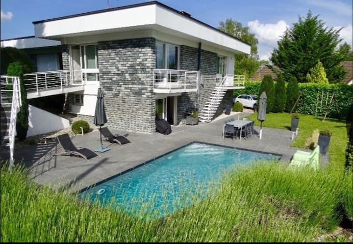 Relaxing house with pool by Geneva/France airport.