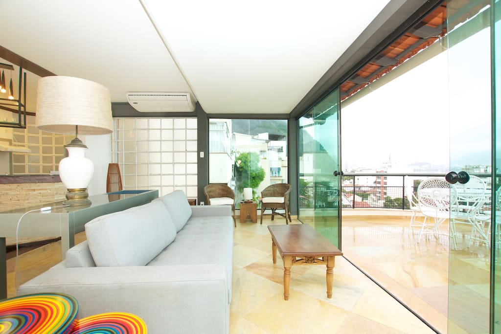 Living room, from here it is possible to watch the sunset over guanabara Bay