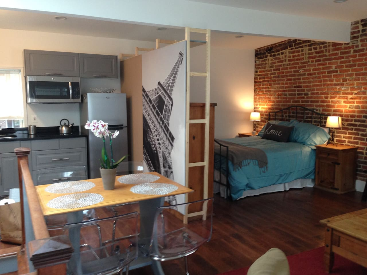 Comfortably furnished loft, oak floors, table for 4, queen size bed and spacious closet space