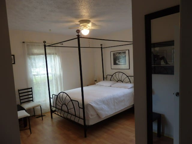 Orchid Room, WiFi, Coffee/Tea, Laundry, Near WPAFB