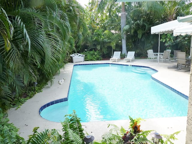 Tropical Family Retreat! One Mile to Beach in Boca - Boca Raton - House
