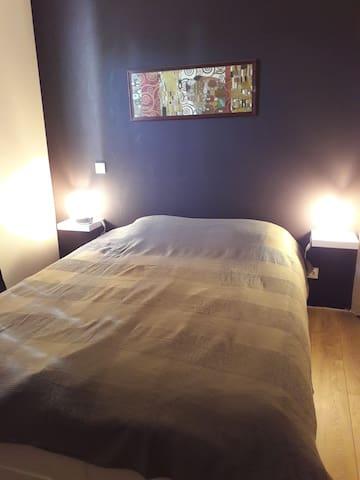 chambre 2 à l étage. lit double. penderie. petite vue mer  de la chambre