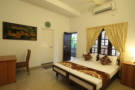 Aaron's Home Stay, AC Twin Bed room - Kochi - Dom