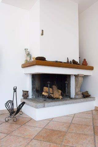 There is also a fireplace to create a cosy atmosphere also in Autumn/Winter enjoyng the colours of nature, the beauty of the lake and mountains in this season