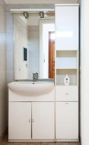 A dedicated bathroom serves the living room and can be used by the guests sleeping at the groundfloor