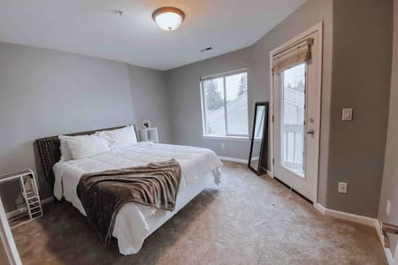 Private Master Bedroom w/ Bath. Near Nike & Intel!