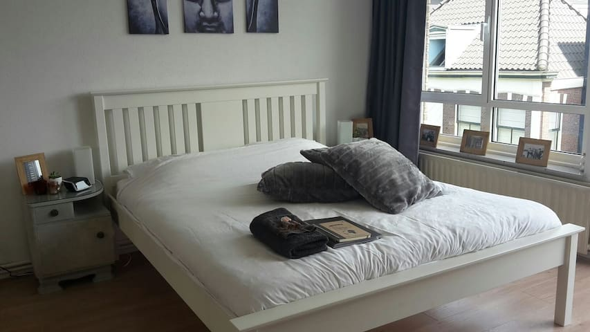 Centre of Voorschoten, clean and comfortable room