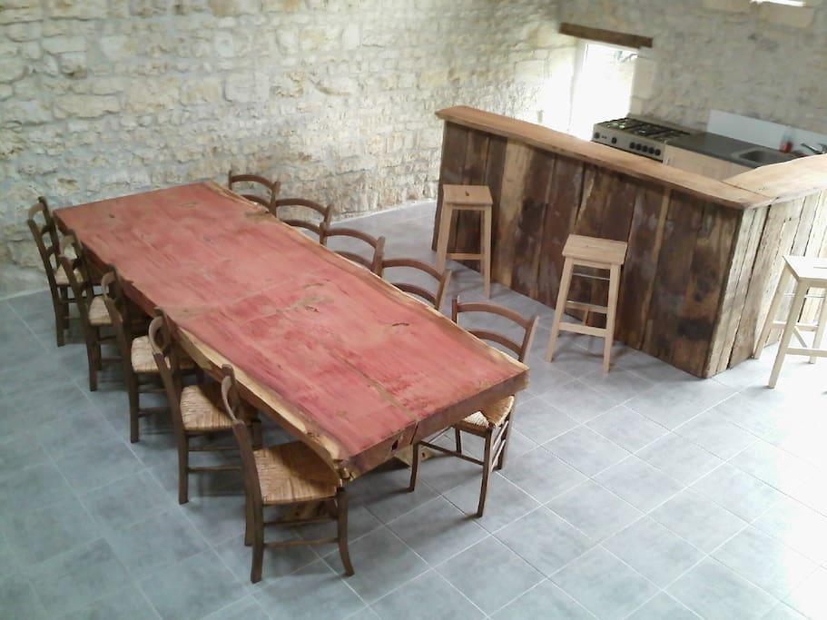 La grande salle à manger avec son espace cuisine à disposition des hôtes.