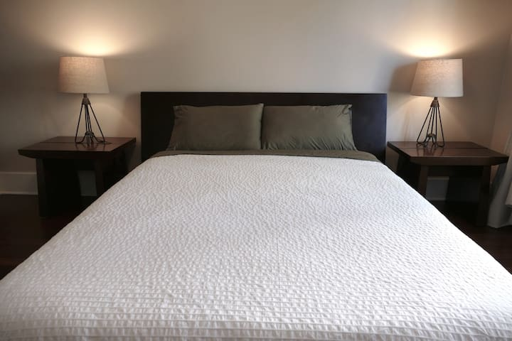 Pure & Simple Bedroom ~ Walk to Lake Merritt - Oakland - House