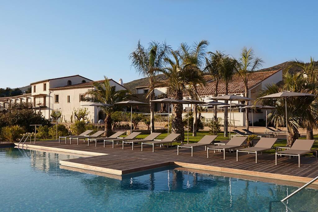 Vista piscina y hotel