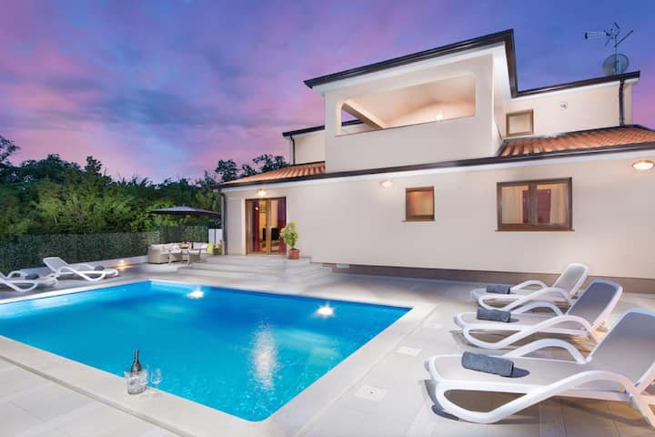 Amazing holiday home with private pool and great roofed terrace !