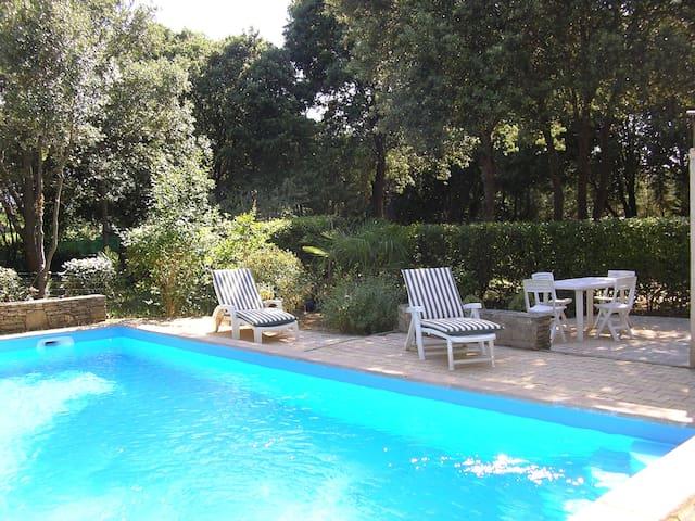 grande villa uzes avec piscine et wifi sur 3000m2 - montaren - 別荘