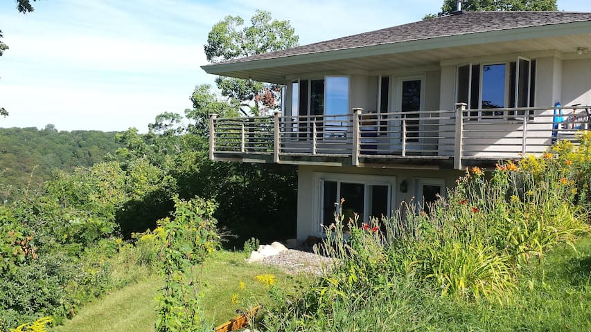 Lake Pepin Cottage on the Bluff - Maiden Rock - Casa