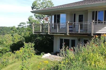 Lake Pepin Cottage on the Bluff - Maiden Rock - 独立屋