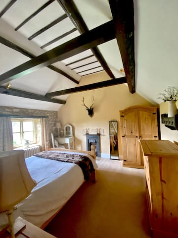 Cotswold cottage with beautiful views in AONB