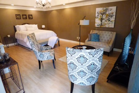 Quaint private suite in the heart of Franklin - Franklin - Huis