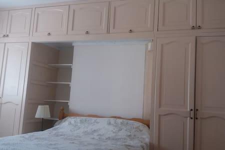 Nice & sunny double room (1). Poole